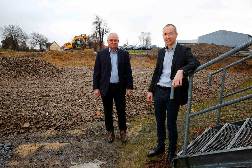 Die Baugrube ist fertig. Die Geschäftsführer der Großröhrsdorfer Firma SHZ, Günter (l.) und Matthias Böhme, stehen vor dem Platz, auf dem die neue Lagerhalle gebaut wird. Das Foto entstand Ende vergangener Woche, als gerade kein Schnee lag.