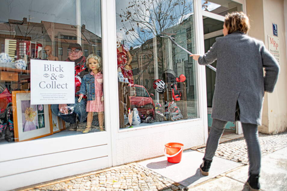 Citymanagerin Anne Hasselbach half am Donnerstag und Freitag beim Einrichten des Blick & Collect-Fensters am Kamenzer Markt.