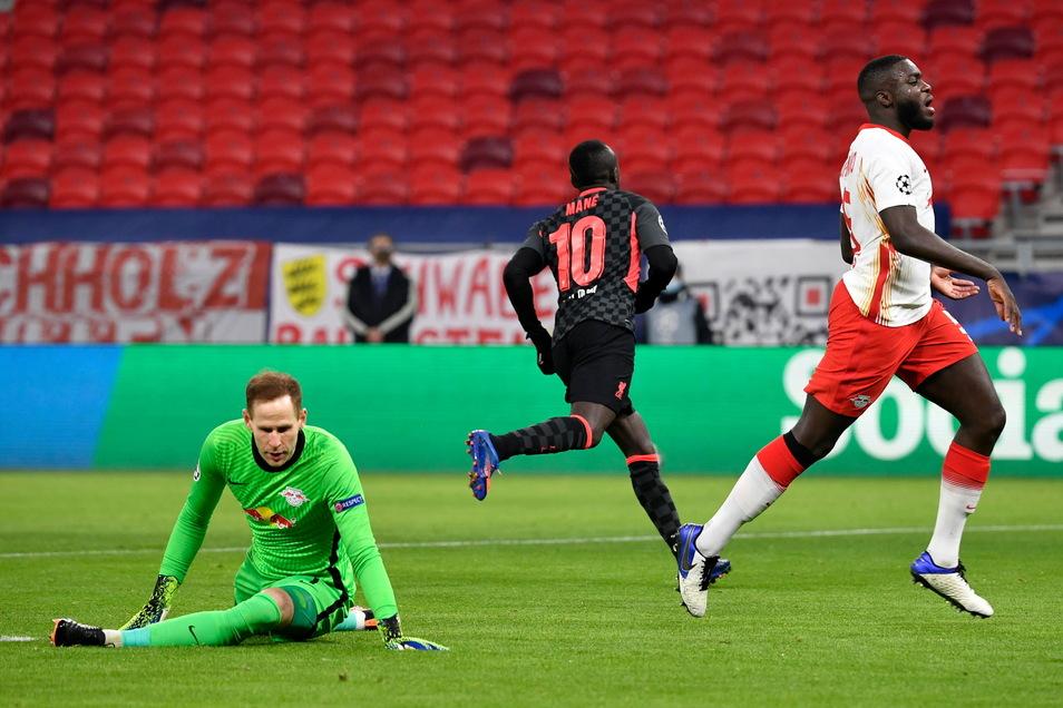 Sadio Mane (M) von Liverpool erzielt das Tor zum 0:2.