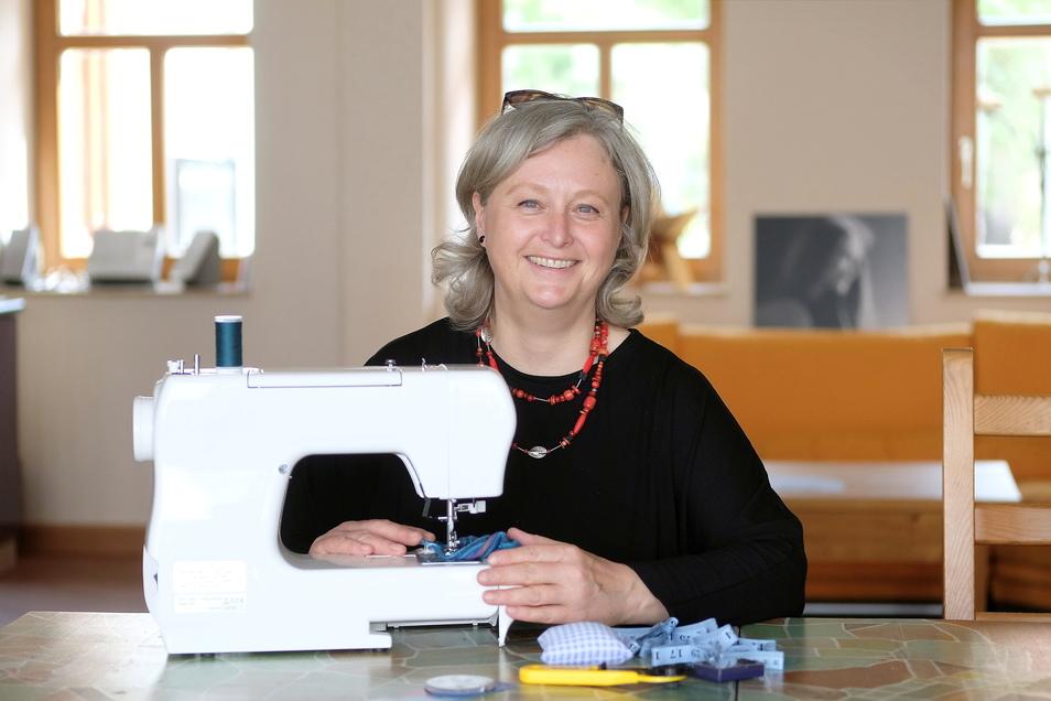 Kreativ etwas gestalten steht hoch im Kurs: Deshalb hat die Anneli-Marie-Stiftung in Meißen die Schneidermeisterin Bettina Schlecht für einen Nähkurs engagiert.