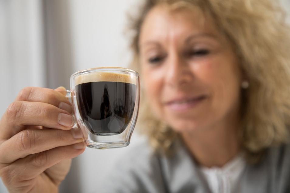 Mit oder ohne Crema? Wer einen Kaffeemaschinenkauf plant, sollte zuerst klären, welche Vorlieben er beim Kaffeegenuss hat.