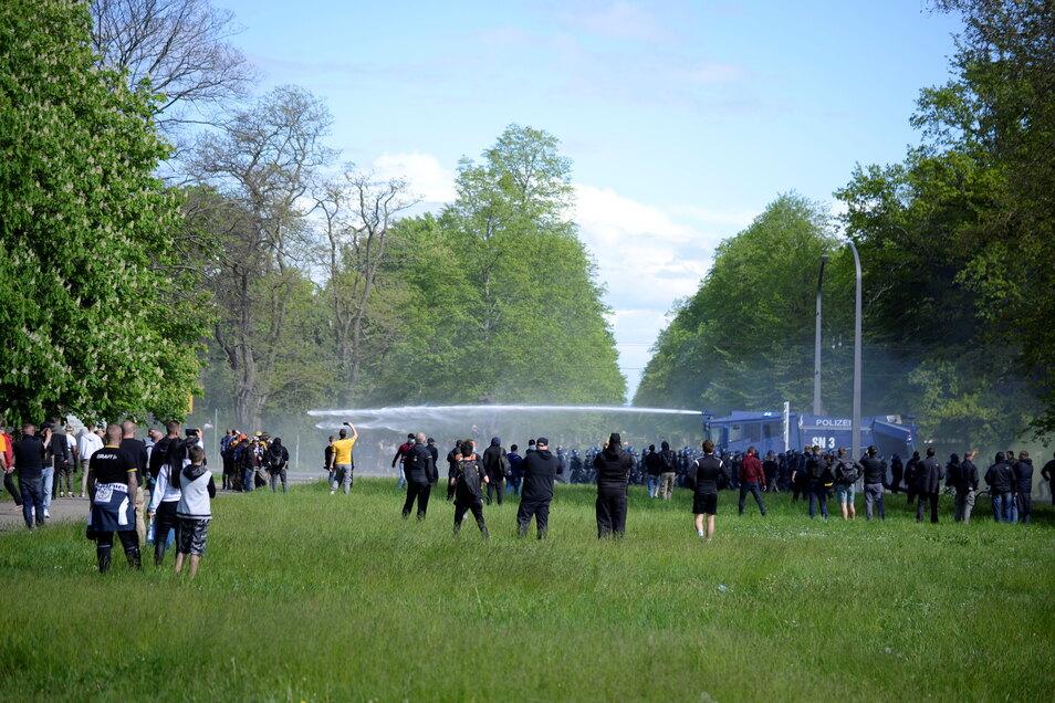 Auf den Güntzwiesen beobachten Fans und Schaulustige den Einsatz des Wasserwerfers auf der Lennéstraße