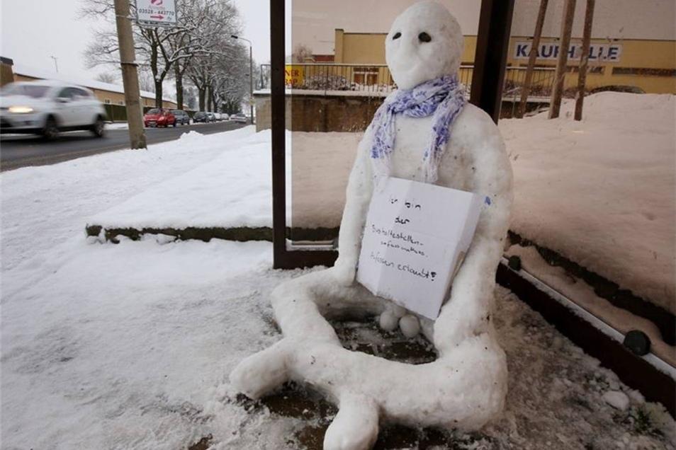 """Januar 2016: Der """"Bushaltestellen-Anfass-Matthias"""" sitzt im Wartehäuschen an der Schillerstraße im Radeberger Süden."""