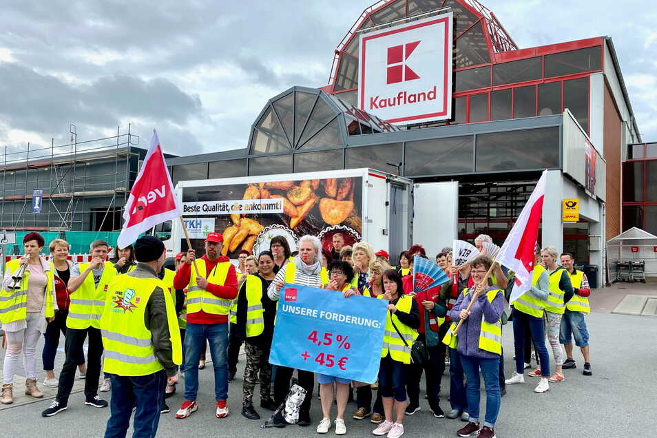 Kaufland-Mitarbeiter aus dem Kreis Görlitz und Bautzen trafen sich Freitagmorgen an der Löbauer Filiale zu einer Streikkundgebung.