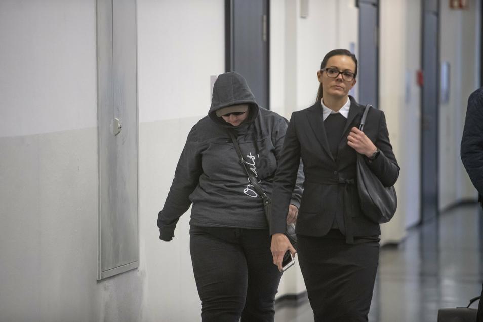 Die Angeklagte mit Ihrer Verteidigerin Anne Krause im November vorigen Jahres auf dem Weg zur ersten Verhandlung vor dem Landgericht Dresden.