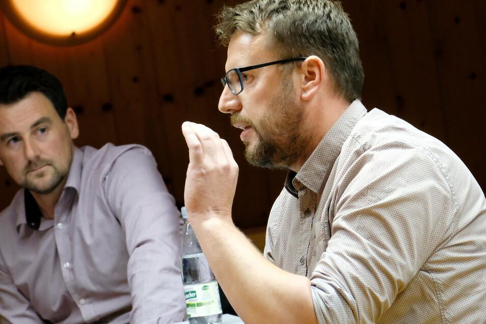 Bei der Bürgerversammlung in Nossen haben sich auch Schaumaplast-Geschäftsführer Kay Schillig (rechts) und Toni Küttner den Fragen der Nossener gestellt.