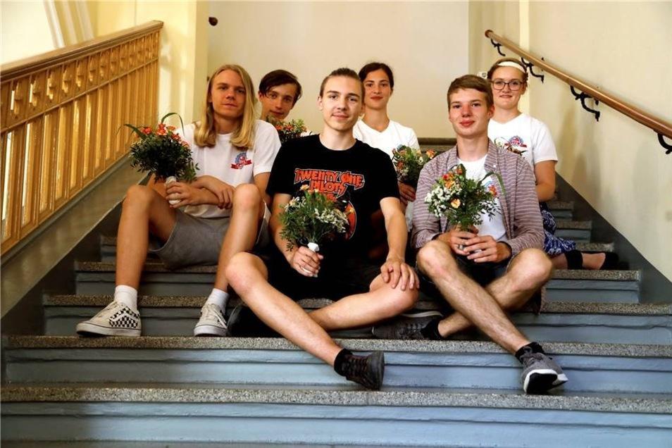 """Die Cafe-Gründer  Als Lena Kinski und Johanna Flechsig gefragt wurden, was den Jugendlichen in der Stadt am meisten fehlt, fiel ihnen als erstes ein Ort ein, an dem man sich ungezwungen treffen kann. Den vermissten sie sehr und so kamen sie auf die Idee, selbst einen solchen Ort zu schaffen. Als sie dann aber ihr Projekt """"Cafe X"""" in Angriff nahmen, ahnten sie nicht, wie schwierig es sein würde. In spätestens einem Jahr wollten sie Eröffnung feiern. Gedauert hat es letztlich fast drei Jahre. Besonders schwierig sei die Suche nach einem geeigneten Ort gewesen, sagen sie. Aber sie gaben nicht auf und heute ist das Cafe X in der Böhmischen Straße ein Treffpunkt mit Tischtennisplatte, Tischkicker, passender Musik und nicht zuletzt Getränken für kleines Geld. Dieses Durchhaltevermögen war für Rocco Zoschke Grund genug, sie und ihre vier aktivsten Mitstreiter Maik Tripke, Luboš Suchy, Louis Rost und Januš Suchy für den Kinderpreis vorzuschlagen. Der mobile Jugendarbeiter begleitet das Projekt von Anfang an und ist beeindruckt von deren Engagement."""
