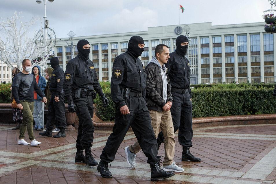 Die belarussische Sonderpolizei OMON ging in der Hauptstadt Minsk gegen friedliche Demonstranten vor. Etwa 200 Menschen wurden festgenommen - darunter auch zahlreiche Journalisten.