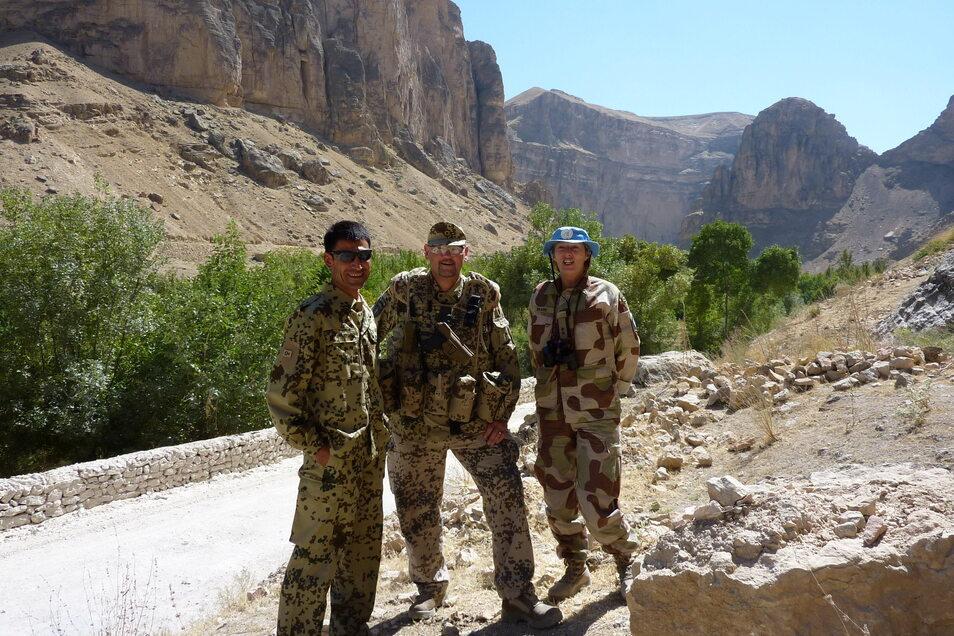 Hans-Jürgen Domani im Einsatz in Afghanistan. Der Mann zu seiner Linken war mit Domani als Dolmetscher unterwegs und lebt inzwischen in Sachsen. Die Frau zu seiner Rechten war für die Vereinten Nationen aus Norwegen vor Ort. Sie wurde bei einem Anschlag e