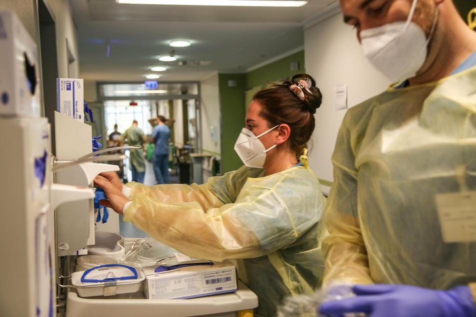 Unterstützung von der Bundeswehr (im Bild Sophie Wasiliga und René Kühn im Einsatz im Klinikum Görlitz) gibt es schon seit einigen Wochen. Trotzdem werden auch Helfer aus der Bevölkerung gesucht.