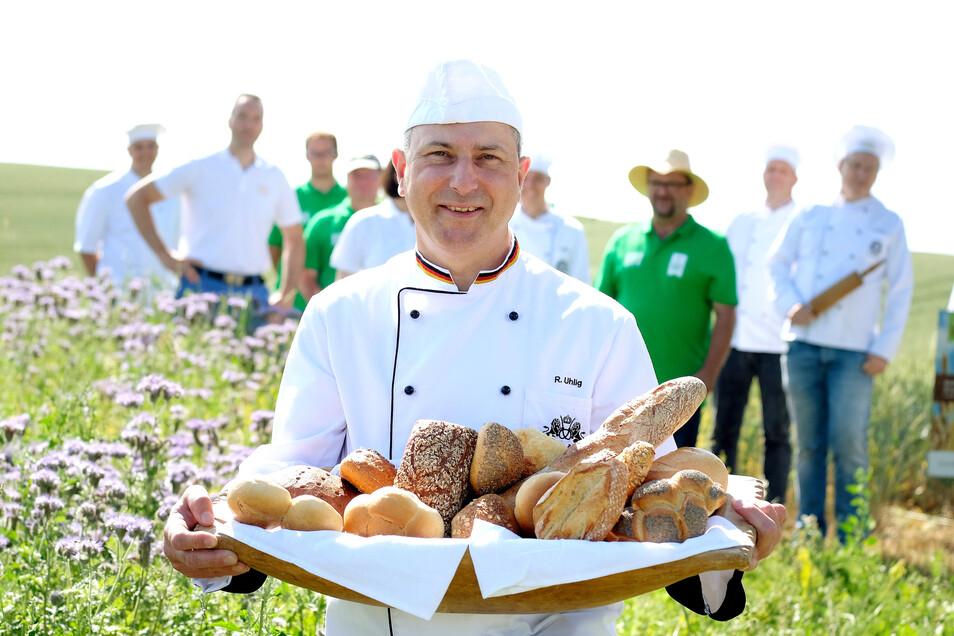 Der Obermeister der Dresdner Bäcker-Innung Rico Uhlig hat zum Besuch der Blühwiese eines Partnerbetriebes in Röhrsdorf bei Meißen eine Auswahl an Backwaren mitgebracht.