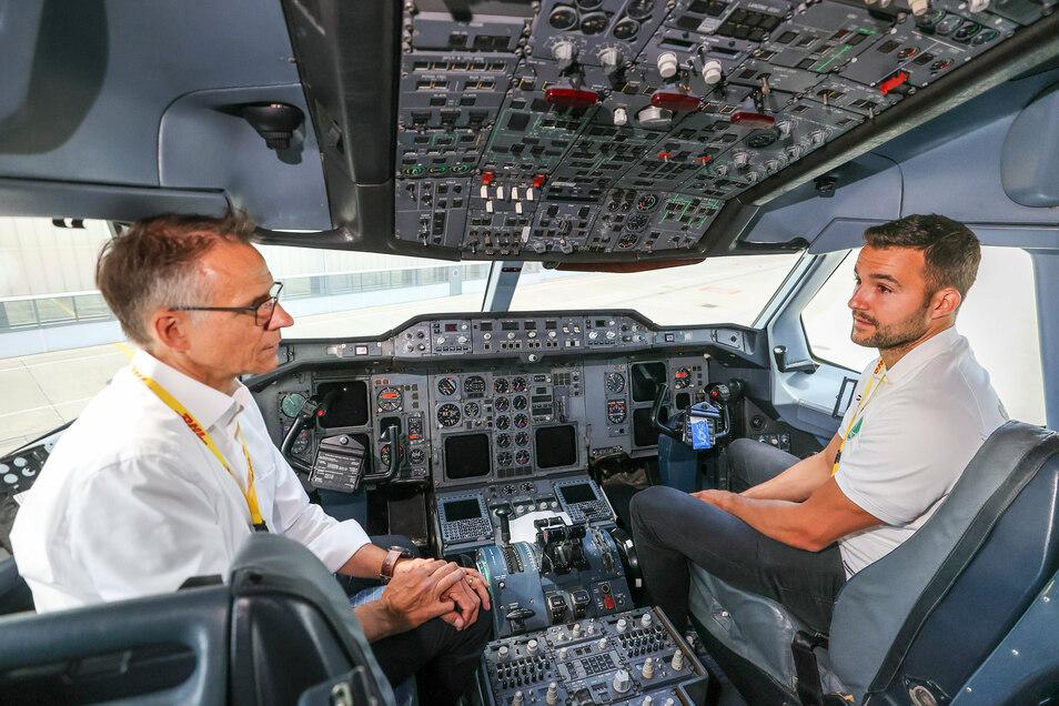 Mit Ralph Wondrak, Chef der Geschäftsführung des DHL Hub Leipzig, im Cockpit: Bastian Roscheck.