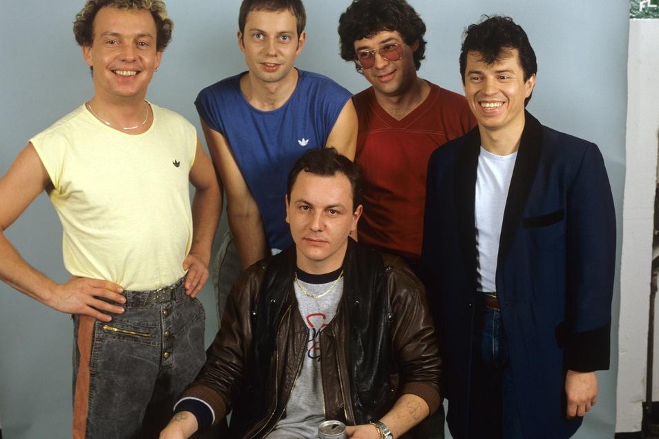 Die Spider Murphy Gang 1983: Drummer Franz Trojan (vorne sitzend) ist jetzt im Alter von 64 Jahren gestorben.