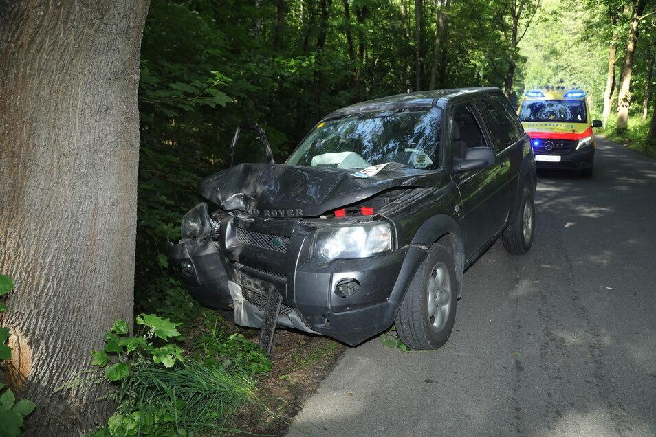 Der Landrover musste abgeschleppt werden. Der Fahrer kam ins Krankenhaus.