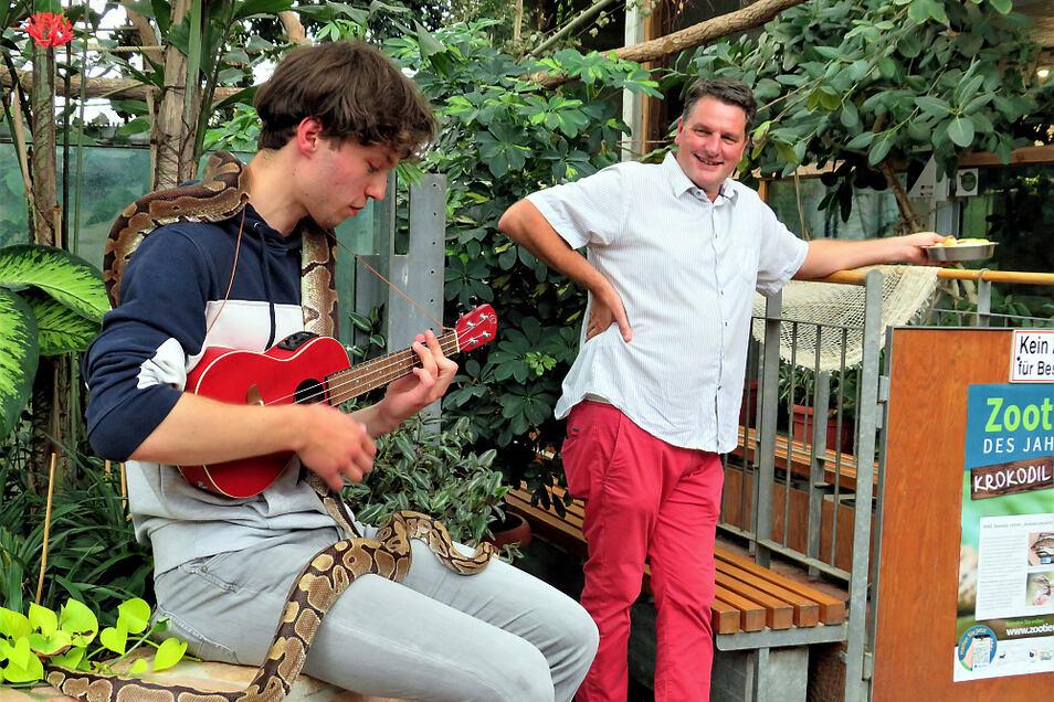 Jakob Schierack spielt für sein neuestes Youtube-Video, das teils im Tropenhaus des Zoos Hoyerswerda gedreht wurde. Zoochef Eugène Bruins fand es eine tolle Idee.