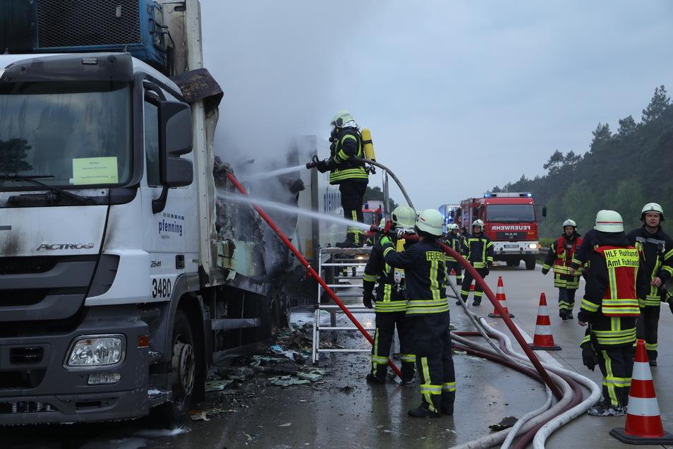 Die Feuerwehr war mit mehreren Strahlrohren zugange.