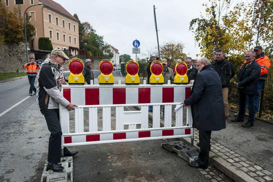 Im Oktober 2016 eröffneten der damalige OB Siegfried Deinege (r.) und Bauamtsleiter Torsten Tschage die Rothenburger Straße. Nun folgt der nächste Bauabschnitt.
