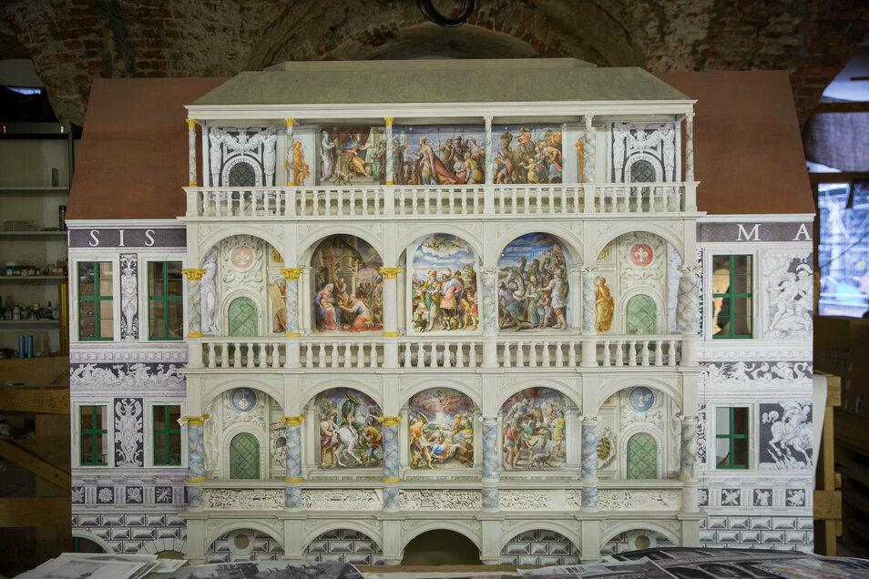 So soll der Altan im Schlosshof künftig aussehen. Das ist ein 1,9 Meter breites Modell im Maßstab 1 : 10. Nach vierjähriger Vorbereitung wurde das erste Fresko Realität.