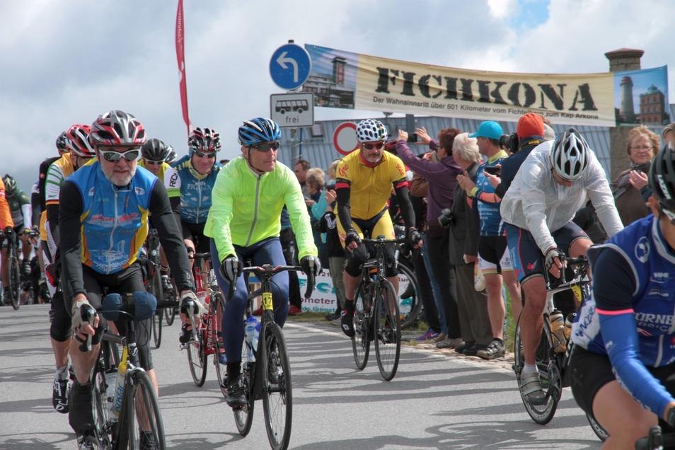 Etwa 190 Radfahrer nehmen an der diesjährigen Fichkona-Tour teil.