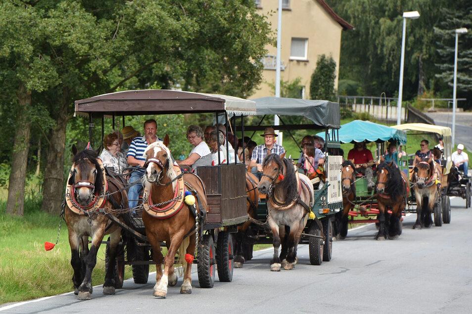 Vier Kremser und eine Kutsche starteten in Bischdorf an der Mittelmühle.