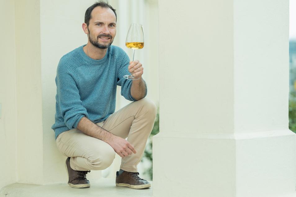 Kennt sich perfekt mit Wein aus und kann ihn blumig schön beschreiben: Silvio Nitzsche, Betreiber der Weinkulturbar in Dresden.