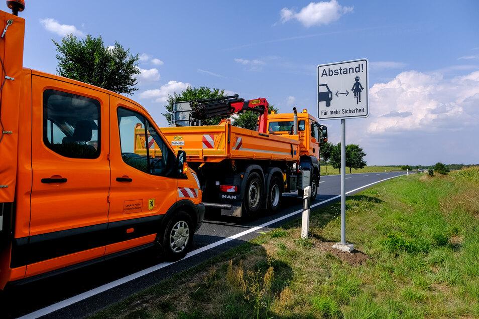 Seit August werden auf der S81 zwischen Auer und Friedewald zu mehr Sicherheitsabstand zu Radfahrern aufgefordert. Auch zwischen Wildenhain und Großenhain könnte es auf der B98 bald solche Schilder geben.