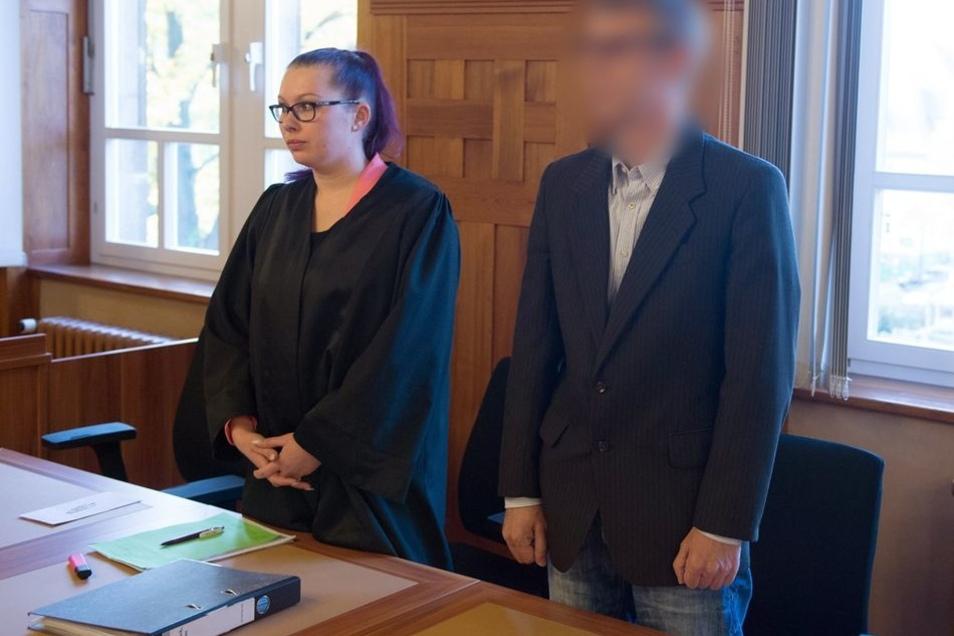 Der Angeklagte steht zu Prozessbeginn im Amtsgericht in Bautzen neben der Rechtsanwältin Kathleen May im Verhandlungssaal.
