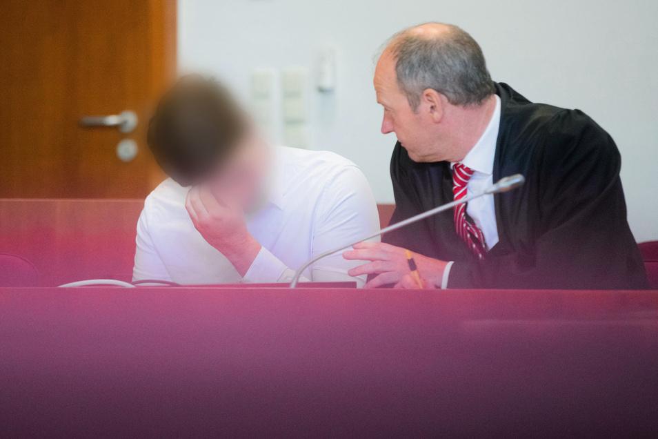 Der angeklagte Polizist (l) im Landgericht Bonn neben seinem Anwalt Christoph Arnold.