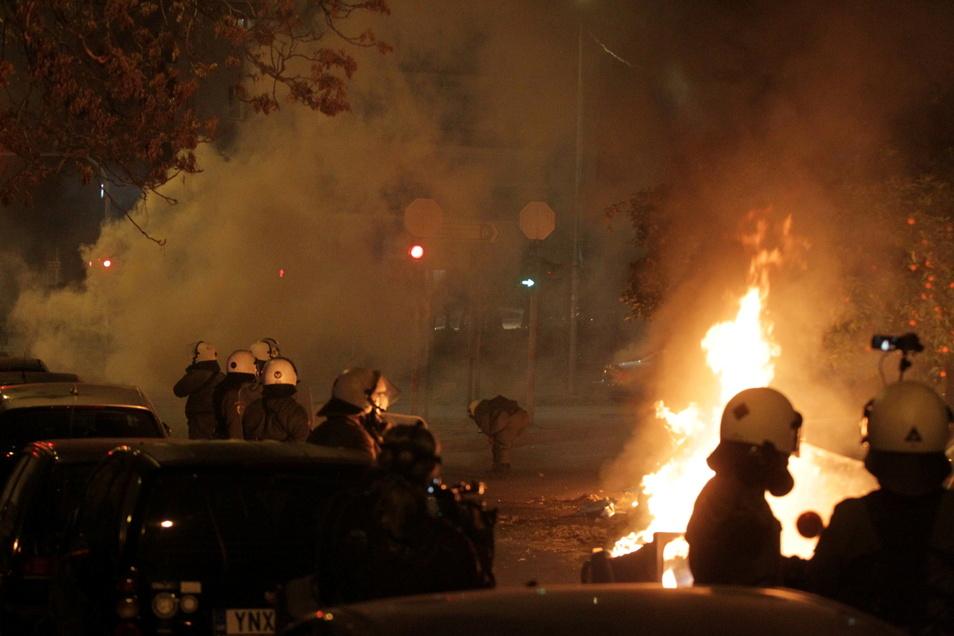 Polizisten und Demonstranten stoßen während eines Protests gegen Polizeigewalt in Athen zusammen. Die griechische Polizei setzte Tränengas und Wasserwerfer ein.