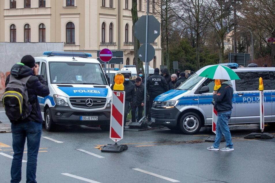 """Ab 19 Uhr sperrt die Polizei den Stadring in Höhe Klienebergerplatz und beendet den """"nicht genehmigten Aufzug""""."""