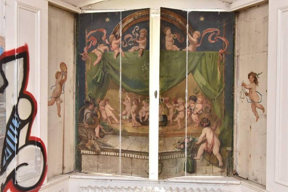 Ein Gemälde an einem Fensterladen erinnert an die Pracht früherer Zeit.
