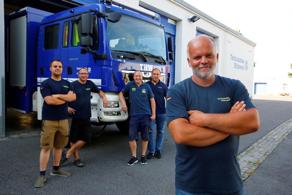 Sie sind wieder zurück und freuen sich, dass sie helfen konnten: Marcel Vacque, Martin Retschke, Eric Retschke, Stephan Richter und Enrico Trenn (v. l.) vom THW Kamenz.