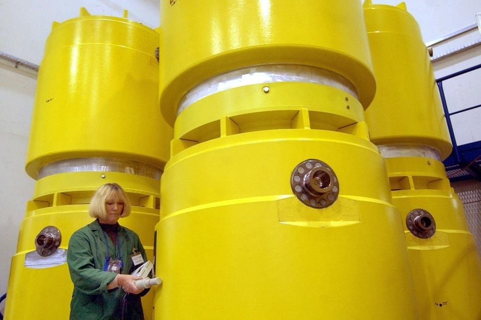 Noch vor dem Abtransport der Castoren aus Rossendorf im Jahr 2005: Die Strahlenbelastung der Behälter wird überprüft.