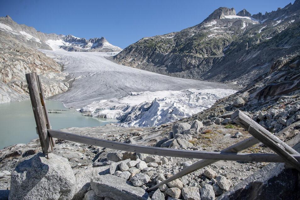 Ein Abschnitt des Rhonegletschers oberhalb von Gletsch in der Nähe des Furkapasses ist in Spezialplanen gehüllt.