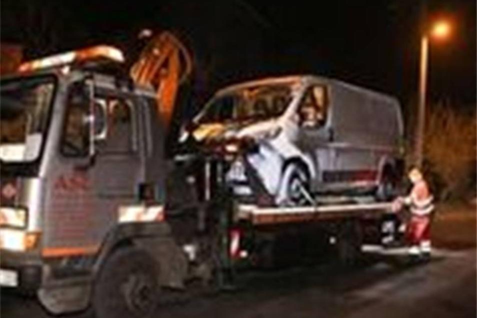 Abtransport eines der beiden wiedergefundenen Fahrzeuge.