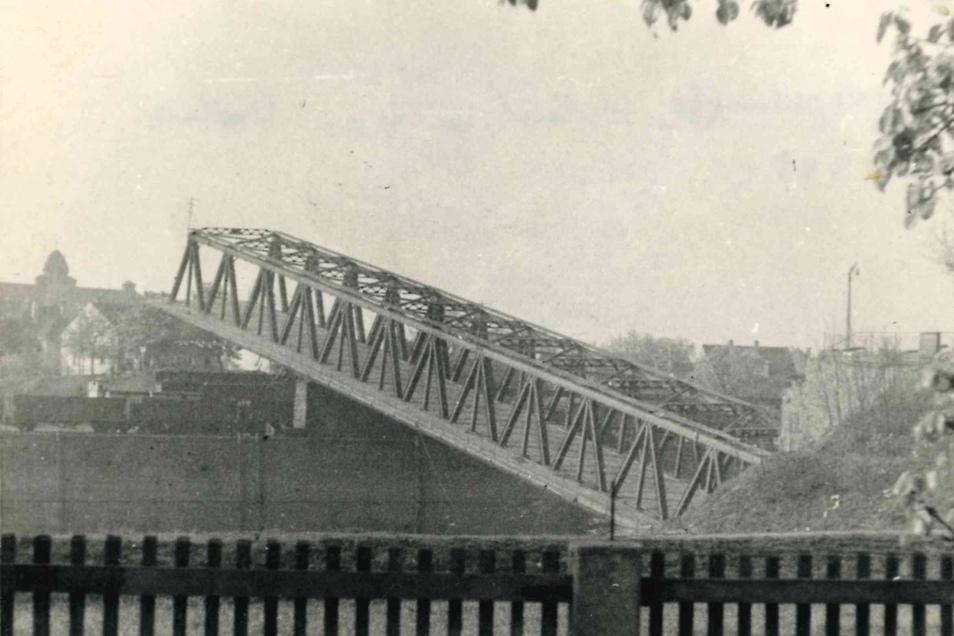Auch die Hafenbrücke in Gröba ließen die deutschen Verteidiger 1945 sprengen.