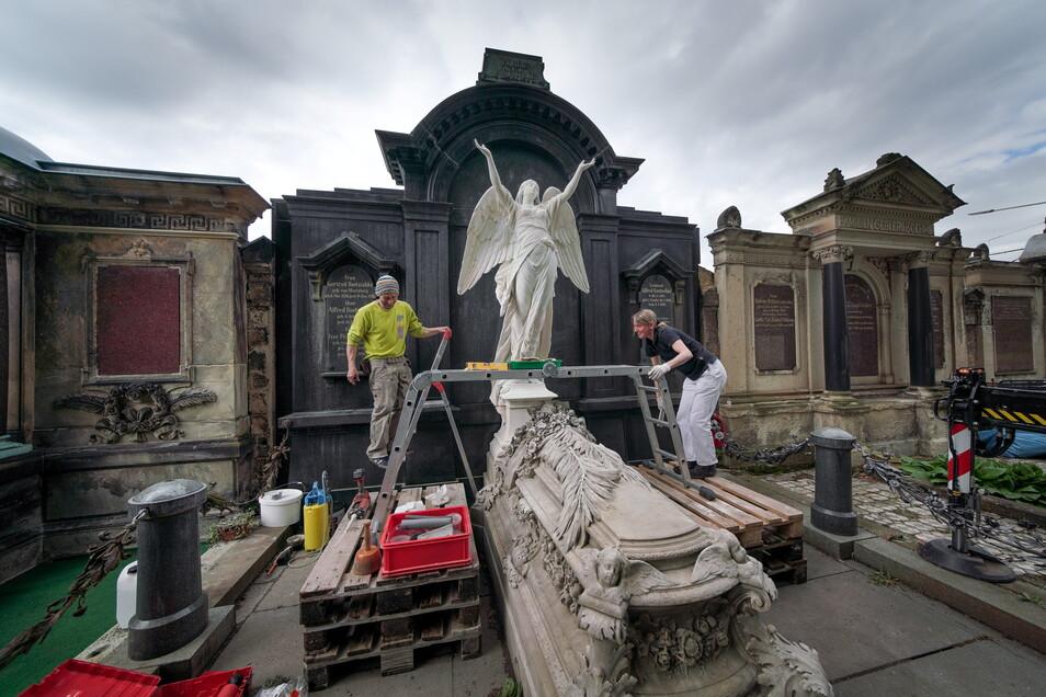 Die Restauratoren Dana Krause und Sebastian Kolbe haben die Engelsfigur des Bildhauers Gustav Heinrich Eberlein auf dem Johannisfriedhof entgegen genommen. Jetzt befestigen sie sie am historischen Grabmal der Dresdner Kaufmannsfamilie Roetzschke.