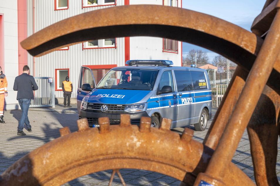 Das Impfzentrum für den Landkreis Meißen ist die Sachsenarena in Riesa. Aus Sicherheitsgründen steht dort immer ein Polizeiauto vor der Tür, wenn Impfungen stattfinden.