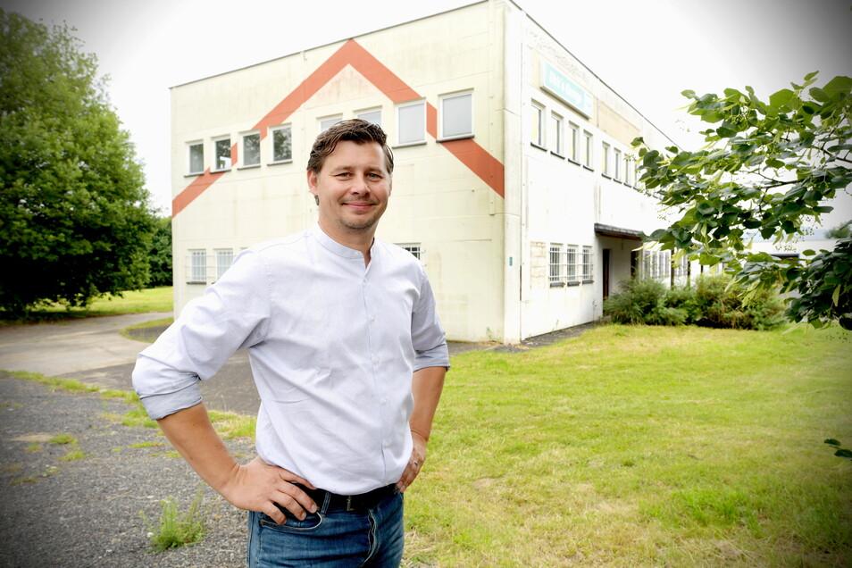 Gemtec- und Vimtec-Geschäftsführer Silvio Leschke vor dem Gebäude im Gewerbegebiet Pethau, das er als Produktionsstätte ausbauen will.