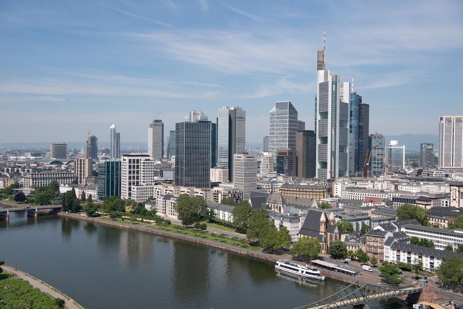 Blick über die Bankenskyline von Frankfurt und den Main hinweg. Verbraucherschützer drohen angesichts der teils schleppenden Rückzahlung zu Unrecht gezahlter Gebühren an Bankkunden  mit Klagen.