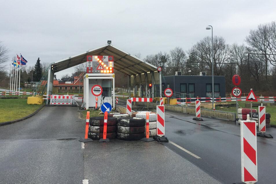 Der Grenzübergang zwischen Harrislee bei Flensburg und Padborg in Dänemark ist versperrt. Nach Dänemark schließt jetzt auch Deutschland die Grenzen, auch die nach Dänemark.