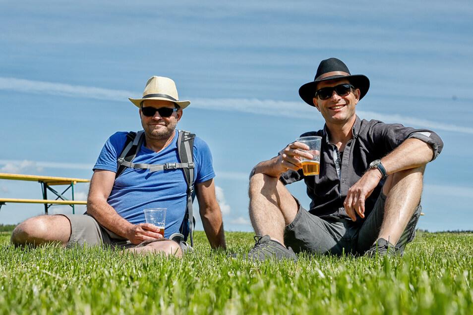 Genuss pur in der Natur: Zwei Freunde nehmen einen kräftigen Schluck vom Bier-to-go, das im Faktorenhof Eibau ausgeschenkt wurde.