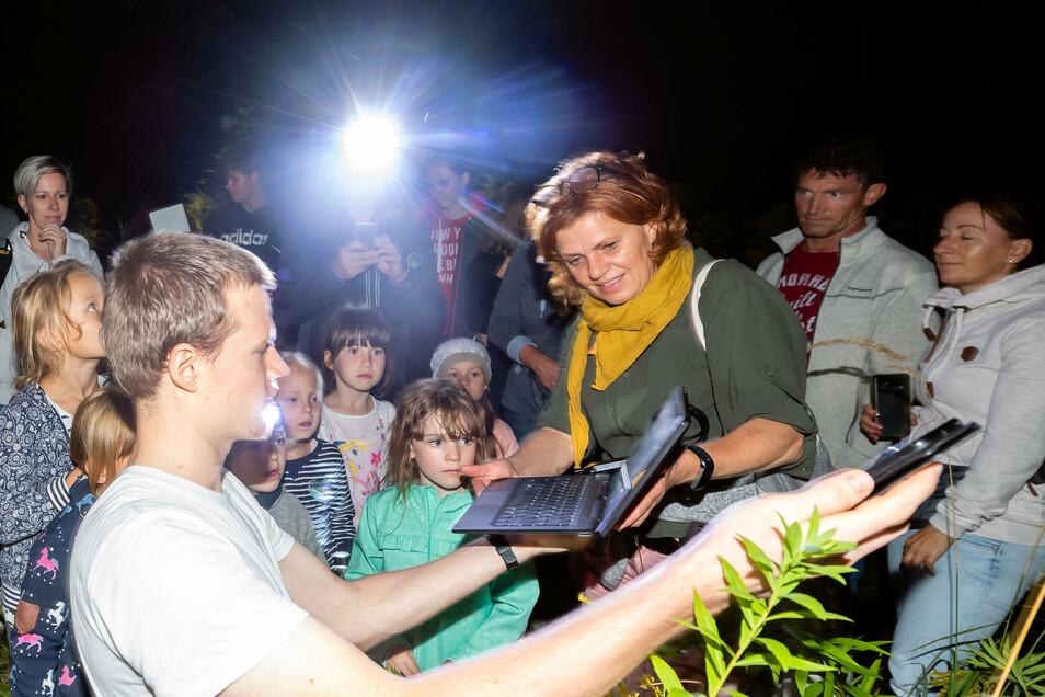 Student Friedemann Gaube in Aktion. Der Fledermauskenner zeigt den Kindern, wie er die Tiere mit sensibler Technik wahrnimmt.