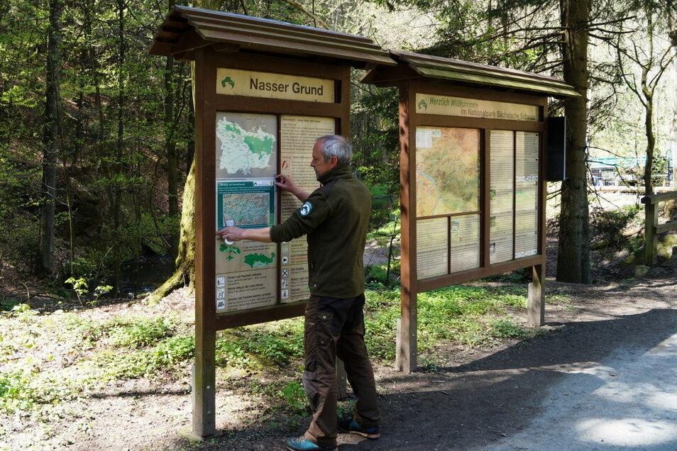 Hinweistafel am Nassen Grund im Kirnitzschtal: Wöchentlich aktualisierte Karten zeigen die unpassierbaren Wanderwege.