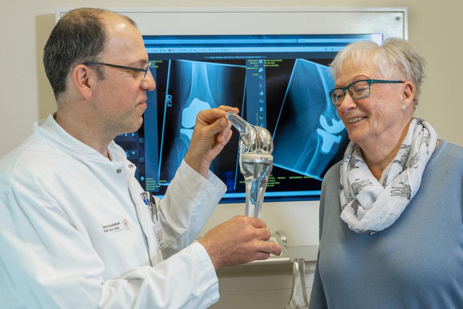 So funktioniert ein künstliches Kniegelenk: Professor Jörg Lützner und Patientin Ursula Petzold.