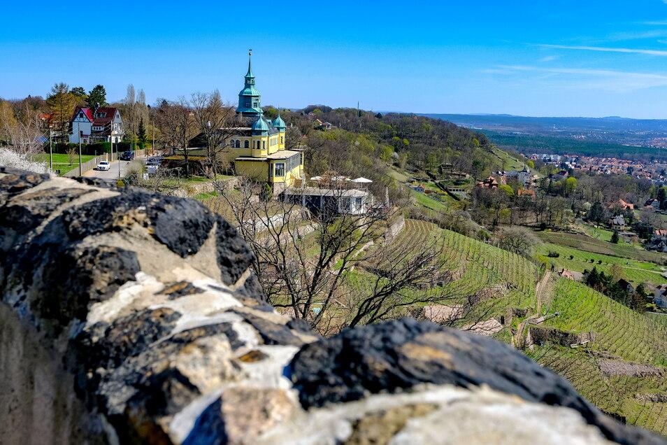 Wegen der Aussicht sind das Spitzhaus und der benachbarte Bismarckturm ein beliebtes Ausflugsziel, wie der Blick von der Turmspitze auf das Gasthaus zeigt.