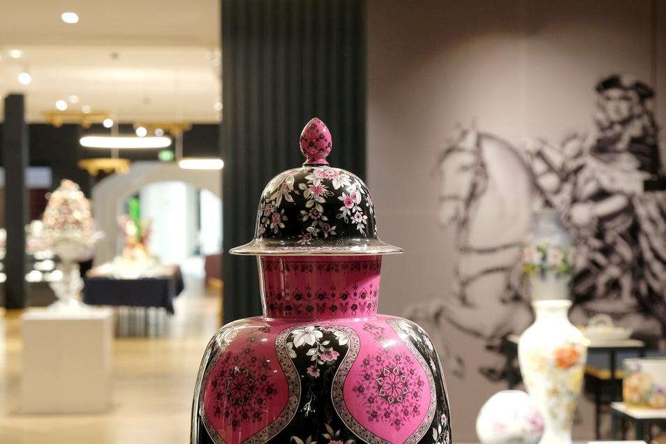 Die Form dieser opulent gestalteten Vase ist einer der über die Jahrhunderte gepflegten Meissener Standards. Die grellen Farben und das Dekor heben den Klassiker in die Gegenwart.