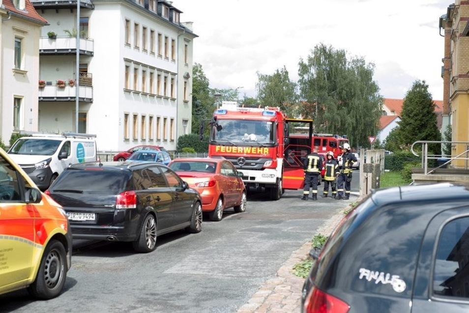 Auch die Feuerwehr, zwei Rettungs- und ein Notarztwagen sowie weitere Polizisten kamen hinzu.