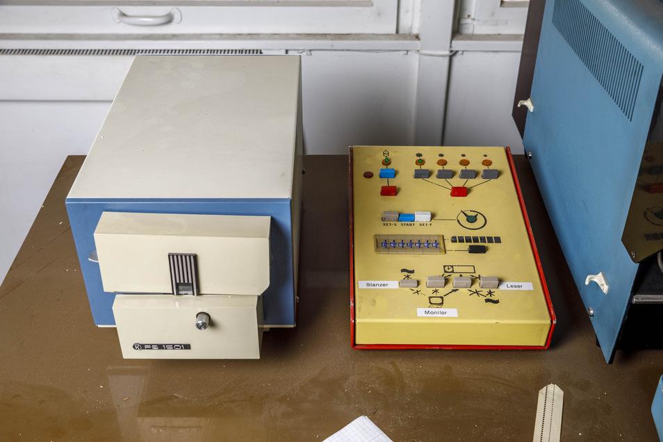 Damals Hightech: der Lochstreifenleser links und der Umschalter für die Anzeigentafel rechts.