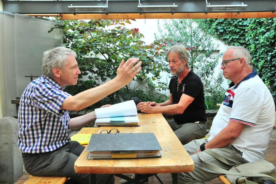 Auf Spurensuche im Museum Großenhain: Mathias und Andreas Hamann-Zschille (v.r.) lassen sich von Leiter Dr. Jens Schulze-Forster den Zschille-Stammbaum erklären.